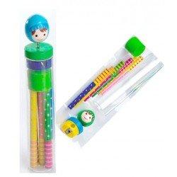 Sacapuntas y 6 lápices de colores, niño