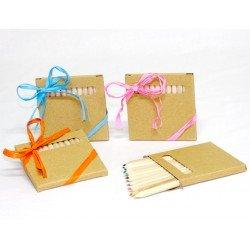 Caja con 12 lápices de colores decorada con rafia y tarjeta personalizada