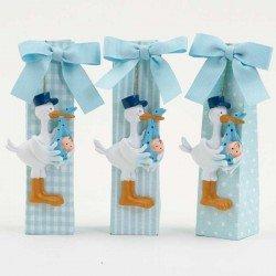 Imán cigüeña con gorra azul y bebe, incluye caja alta con 5 peladillas