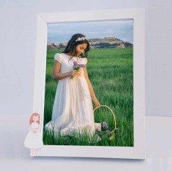 Marco de fotos niña con biblia y vestido corto