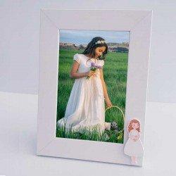 Marco de fotos madera blanco, niña con vestido corto y biblia
