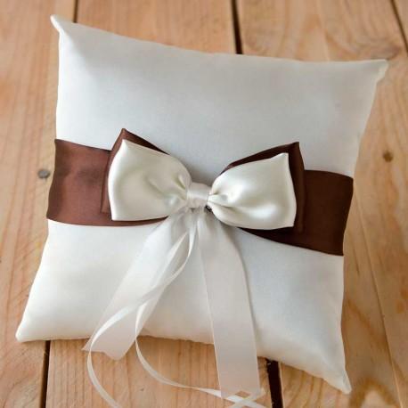 Cojín para las alianzas en tono marfil decorado con lazos en raso marrón y marfil
