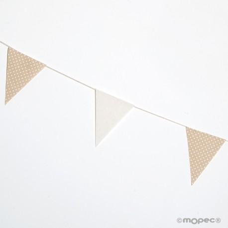 Guirnalda decorativa con forma de banderín decorada en tela color marfil y beige con topos