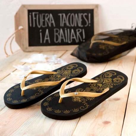 Chanclas Flip-Flop en color negro, con volutas doradas y un brillantito