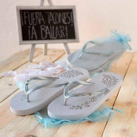 Chanclas Flip-Flop en color blanco con detalles plateados y 3 brillantitos