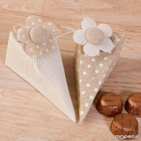 Caja piramide decorada con una flor con pinza y 4 bombones