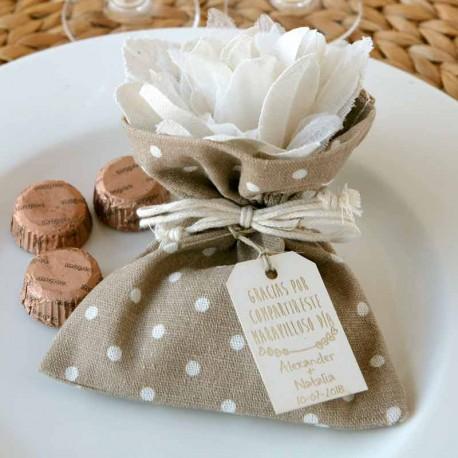 Bolsita marrón con topos, con flor marfil y 3 bombones. Detalles para boda