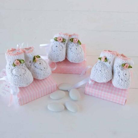 Par de botitas ganchillo con flor y ribete rosa con peladillas