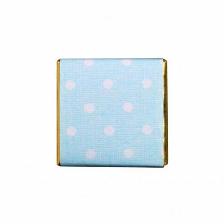 Napolitana de chocolate envuelta en papel dorado y una funda azul con graciosos topos.