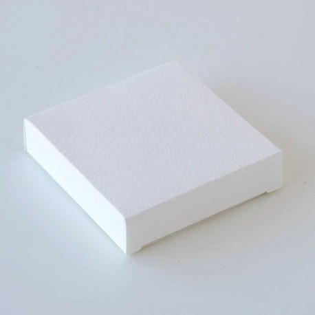 Estuche blanco cuadrado, medida: 7,5 x 7,5 x 1,8 cm.