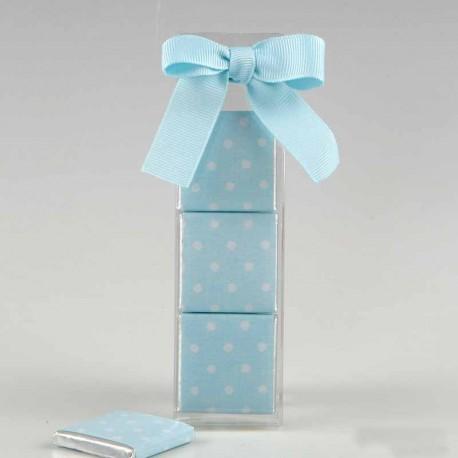 Estuche con tres napolitanas con envoltorio azul y decorado con circulitos blancos.