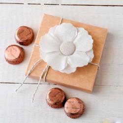 Estuche con flor lino adhesiva y 4 bombones