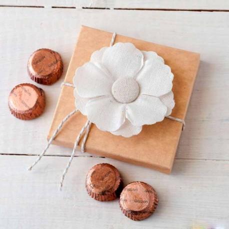 Estuche con flor adhesiva de lino y 4 bombones