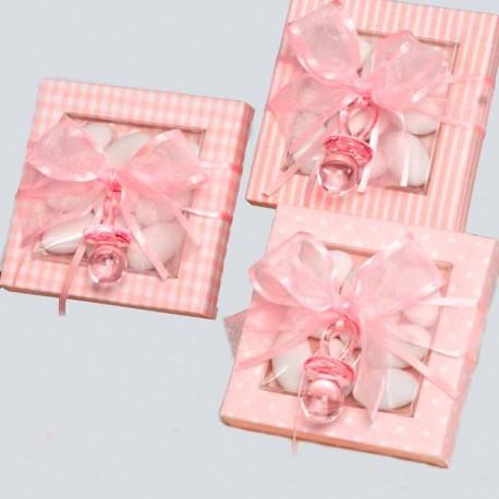 Estuche rosa con peladillas y chupete rosa, decorado con un lazo rosa