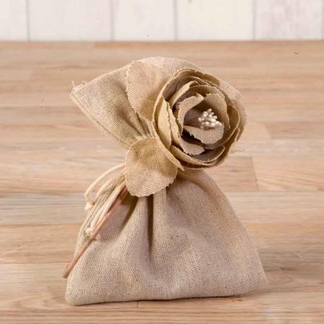 Bolsita beig decorada con una flor de algodón con bombones