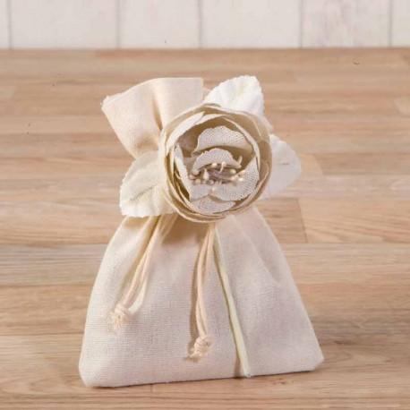 Bolsita marfil decorada con una flor de algodón con bombones