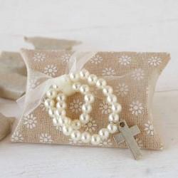 Pulsera perlas blancas y cruz en caja con caramelos