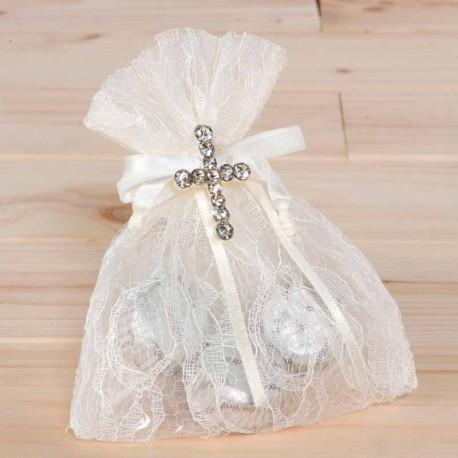 Broche cruz strass en bolsa de blonda con bombones