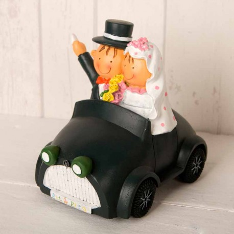 Figura de novios en coche clásico para pastel de boda
