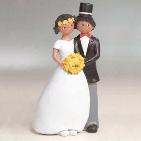 Novios sonriendo y flores amarillas, figura para la tarta de boda