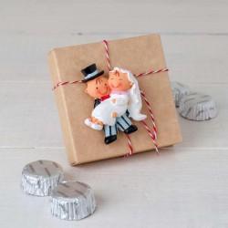 Imán Pit y Pita novia en brazos con bombones