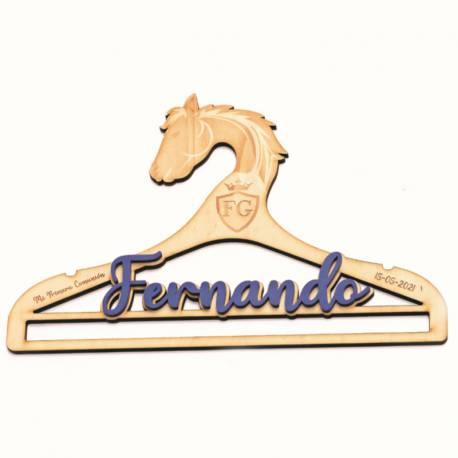 Percha caballo madera con nombre de metacrilato azul, personalizada. Para Comunión