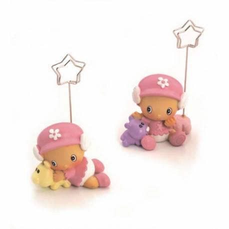 Figura clip portafotos niña con gorrita rosa y peluche, recuerdo bautizo