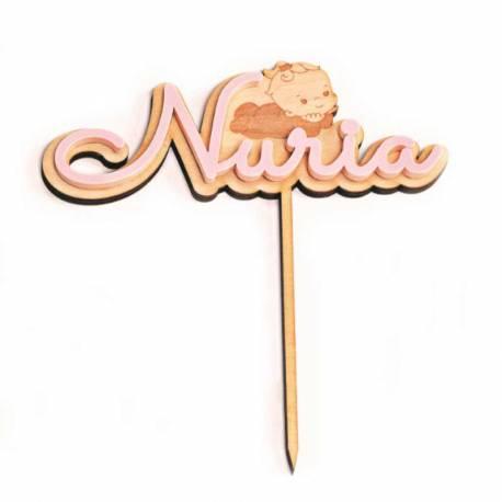 Cake topper bebe madera con nombre en metacrilato rosa, para decoración del pastel