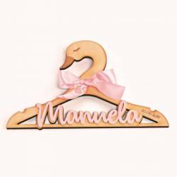Percha para bebé cisne madera con el nombre en metacrilato rosa