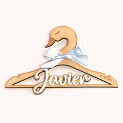 Percha para bebé cisne madera con el nombre en metacrilato celeste