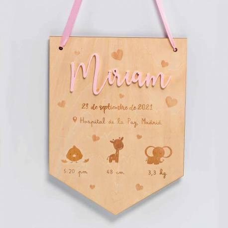Banderín de madera con nombre, en metacrilato rosa, y personalizado datos nacimento