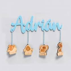 Nombre del Bebé en metacrilato celeste con colgantes de madera con los datos, natalicio