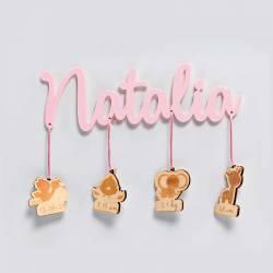 Nombre de la Bebé en metacrilato rosa con colgantes de madera con los datos, natalicio