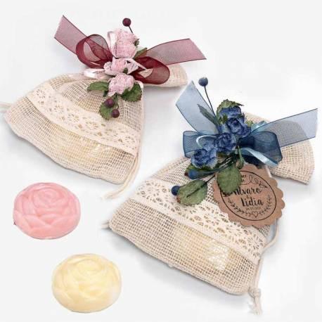 Bolsa de puntilla con un jabón en forma de rosa