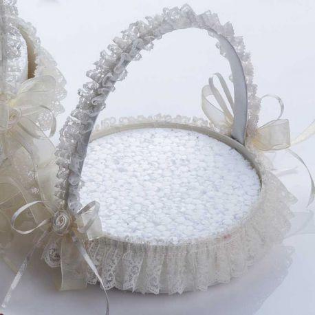 Pequeña cesta decorada con fina puntilla para presentar los prendidos de la boda