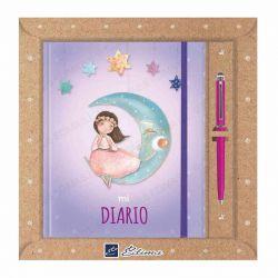 Diario Primera Comunión, niña sentada sobre la luna