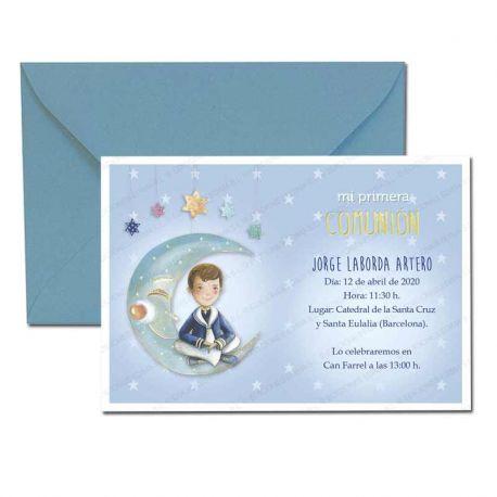 Invitación Primera Comunión, niño marinero sentado en la luna. Pack 20 invitaciones + 20 sobres azules