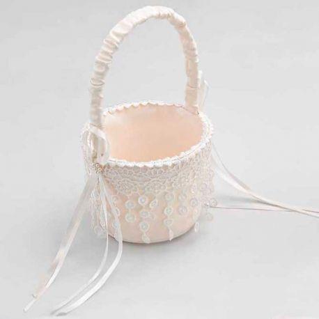 Bonita y elegante cesta redonda para arras decorada con puntilla