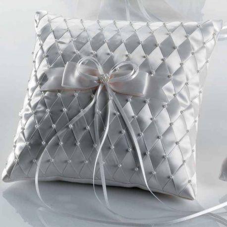 Cojín para las alianzas de los novios en raso y decorado con rombos y perlitas