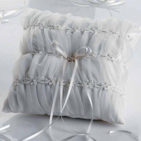 Cojín para las alianzas de los novios decorado con un delicado fruncido y con pequeñas perlitas