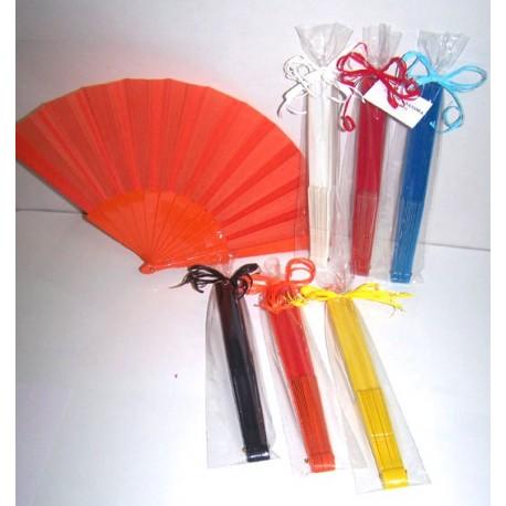 Abanico de plástico con tarjeta y presentado en bolsa, con lazo.