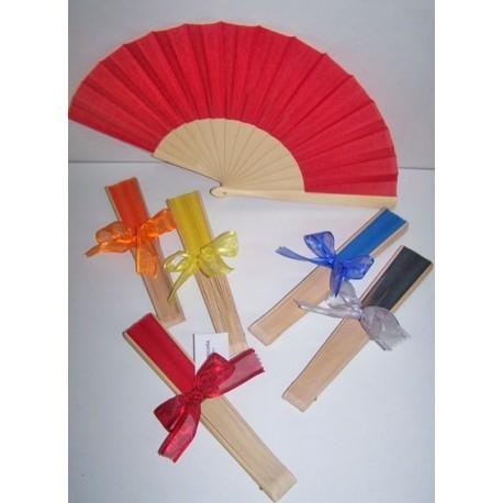 Abanico con varillas de madera y decorado con lazo y tarjeta personalizada
