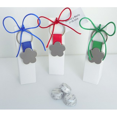 Llavero con forma de flor, bombones y decorado con lazo y tarjeta personalizada