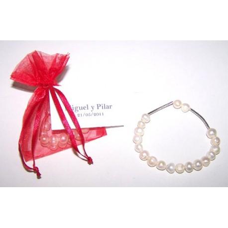 Pulsera con perlas presentada en bolsa organdí