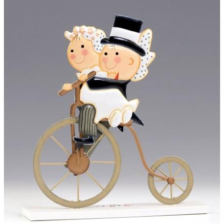 Figura para la tarta de la colección Pit y Pita montada en una bicicleta antigua