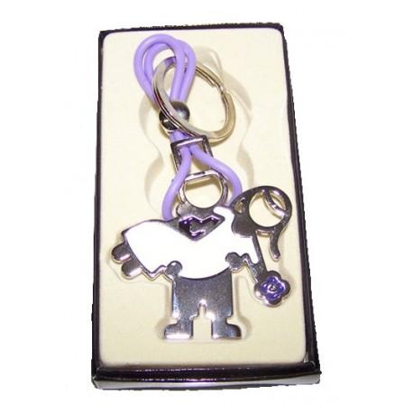 Llavero de metal representando una pareja de novios, presentado en caja de regalo