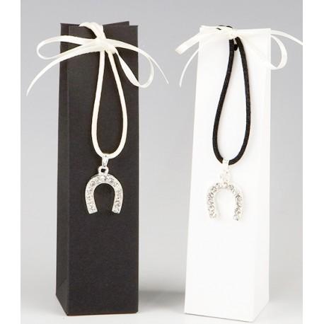 Colgante con herradura y caja con dos bombones, decorado