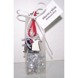 Llavero lacado novios tira silicona con caramelos y tarjeta