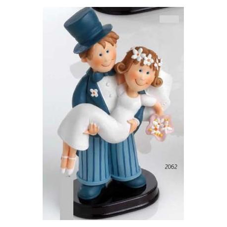 Figura para la tarta de boda, representa al novio llevando a la novia en brazos