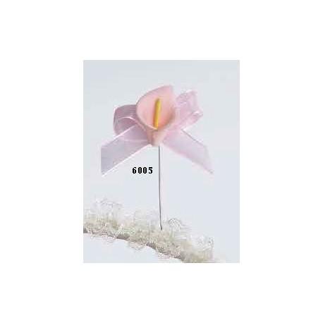 Prendido o alfiler para boda cala raso, con terminación en forma de flor